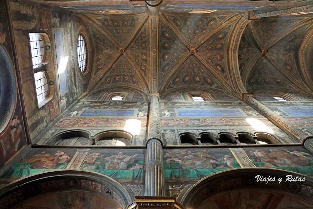 Interior de la catedral de Cremona, Italia