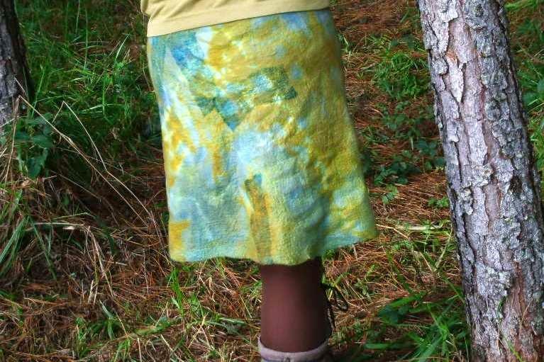 pessoa vestindo saia feltrada meia evasê