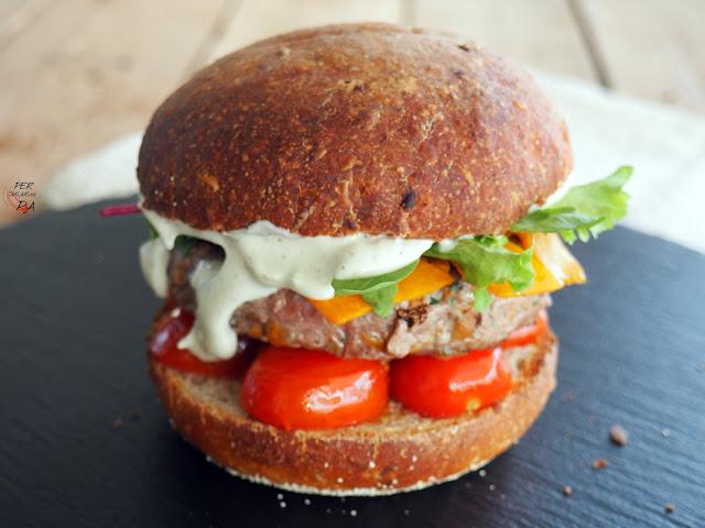 Hamburguesa gourmet de setas de temporada, con tomates cherrys, tiras de calabaza, brotes verdes, cebolla roja y mayonesa de trufa