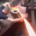 Orang ini Sanggup Menyentuh Besi Cair Dengan PANAS  Ribuah Derajat