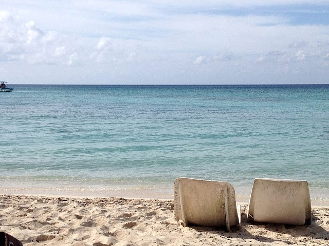 couple seat on the Cancun beaches