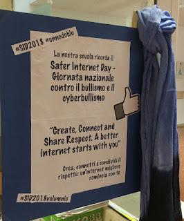 foto del manifesto SID 2018 e un nodo blu nell'atrio della scuola