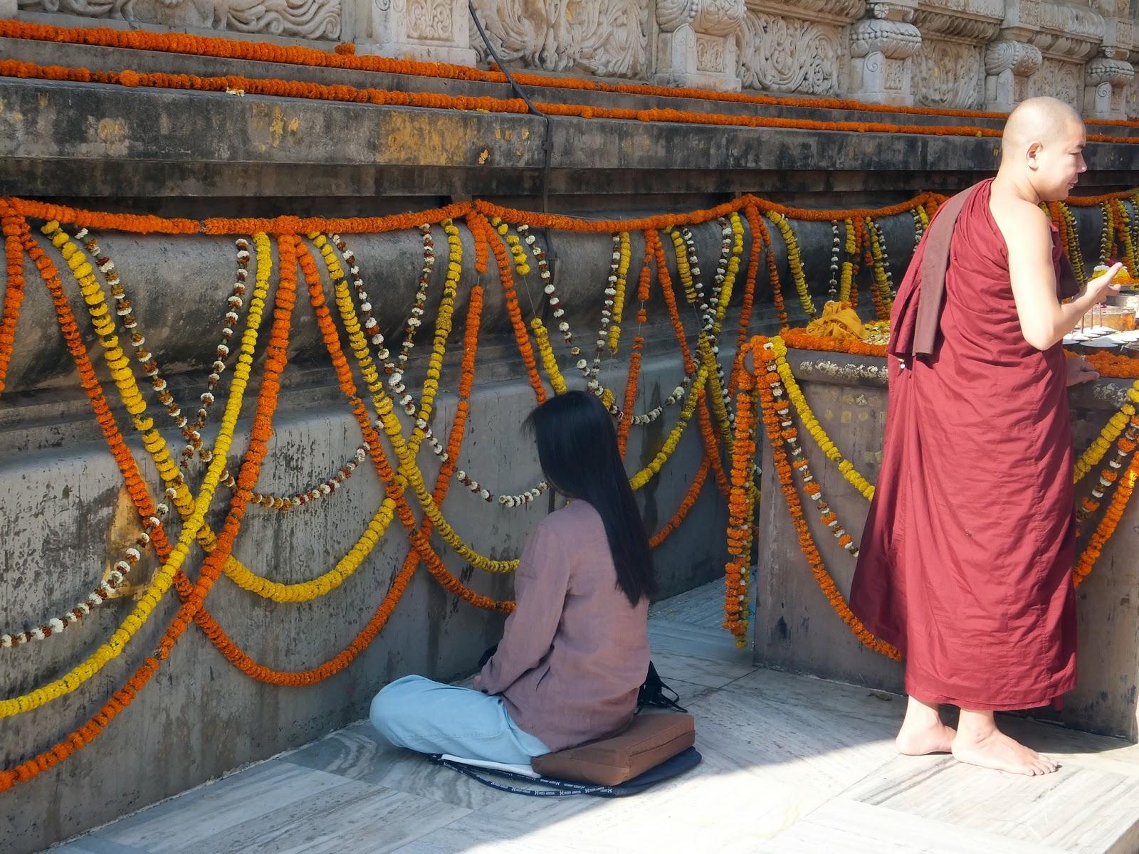 девушка медитирует у стены в храме