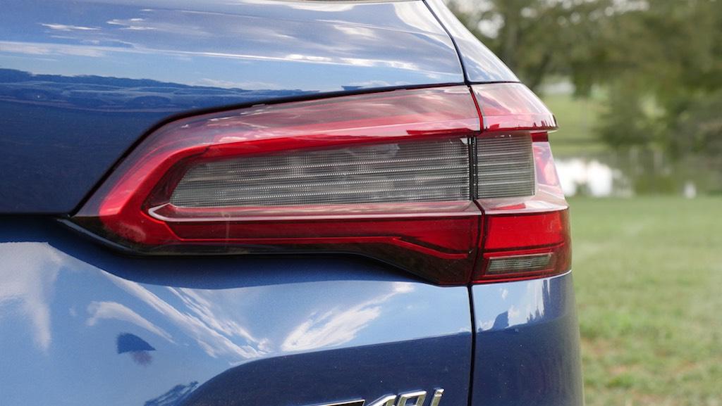 phần đuôi xe giống với X4 coupe, như vậy X5 mang nhiều nét thể thao như các bản gầm cao khác của X.
