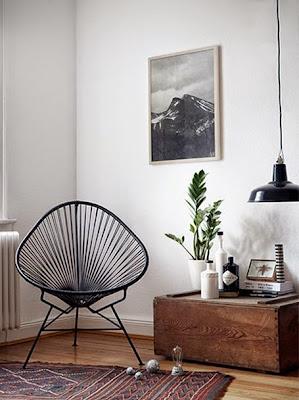 Rincon con lampara industrial negra y silla acapulco