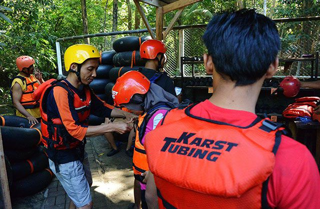 Mempersiapkan life jacket sebelum menyusuri sungai