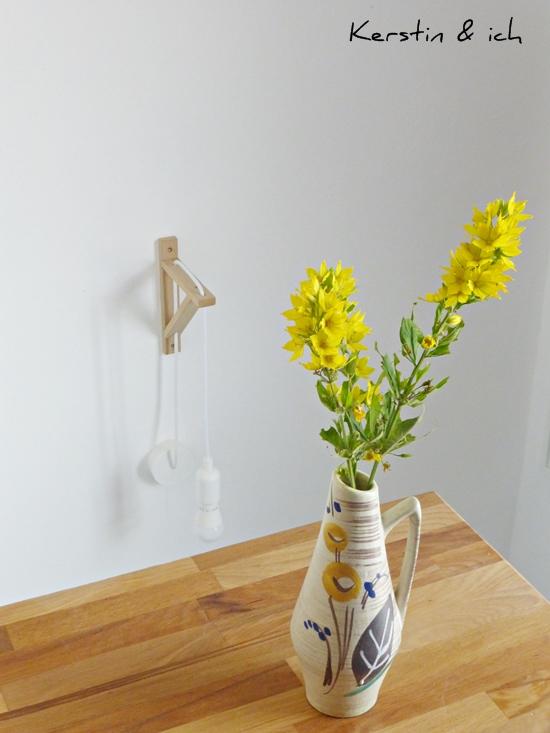 Blumendeko mit Wiesenblumen vor DIY-Lampe