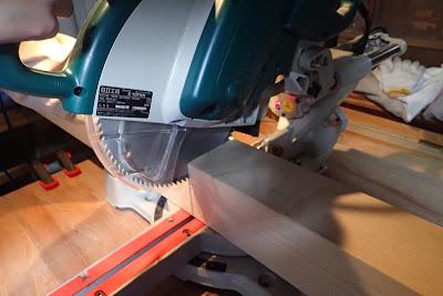 スライド丸のこでテーブルの脚になる材料を切る