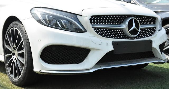 Phần đầu Mercedes C300 Coupe 2019 được làm nổi bật nhờ thiết kế Lưới tản nhiệt lớn 1 nan với họa tiết Kim cương xung quanh