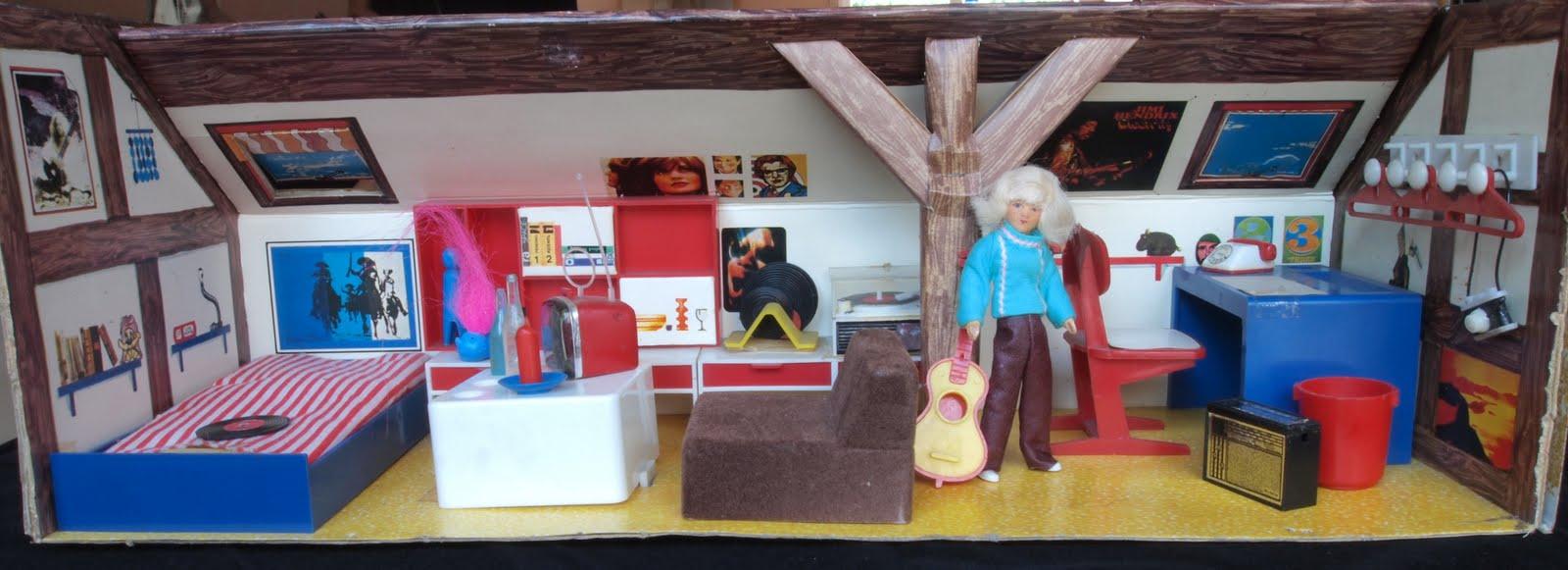 In Den 60ern Und 70ern Entstand Ein Neuer Zimmertyp: Das Jugendzimmer    Hier Auch Aufs Puppenhaus übertragen. Dieses Jugendzimmer Ist Unter Dem Dach .