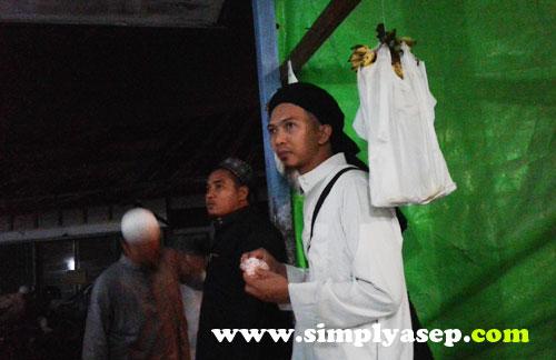 GRATIS PISANG : Setelah Tarawih selesai, para jamaah boleh mencicipi pisang gratis yang sudah disediakan oleh pengurus masjid QUBA.  Foto Asep Haryono