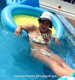 Mamá descansando en la piscina