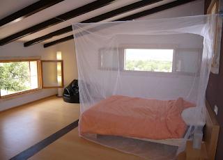 Moustiquaire Travelline Box au-dessus d'un lit