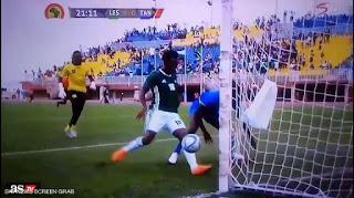 """فيديو.. لاعب منحوس يضيع """"أغرب هدف"""