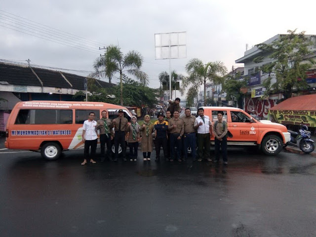 Team Sebar Paket Buka Puasa Kwarda Hizbul Wathan bersama Lazismu Jember