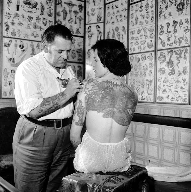 Tattoo Woman Getting: 30 Badass Vintage Photographs Of Women Getting Tattooed