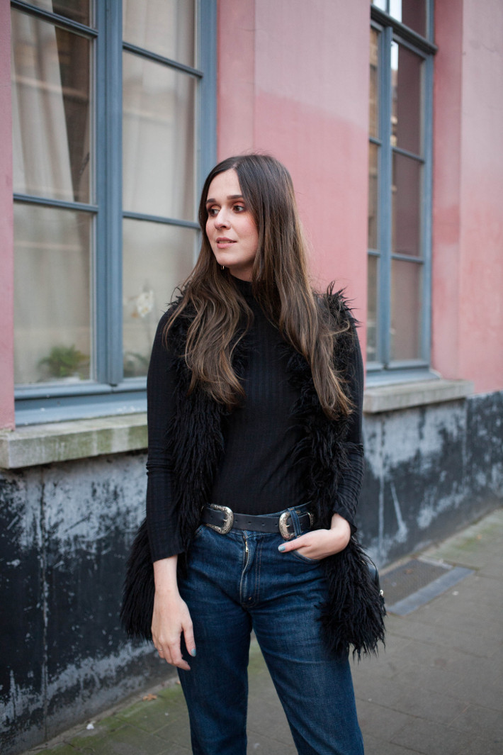 Outfit: 70s inspired in shaggy faux fur and double buckle belt