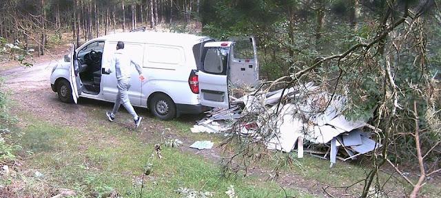 zdjęcie: Facebook /Wyrzucili śmieci do lasu