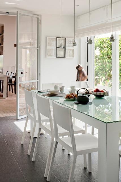 Una casa para recrearse a perfect house for Sillas de cocina blancas de madera