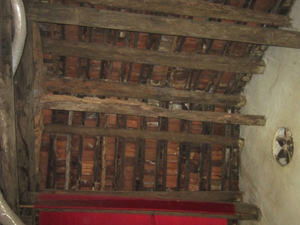 Phần mái chùa bị mối mọt.