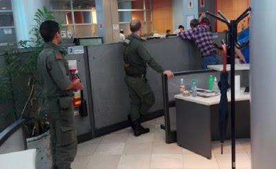 Para Cambiemos, también la clase media se volvió peligrosa: el gobierno de Mauricio Macri envió oficiales armados de la Gendarmería a las oficinas de Edesur para contener los reclamos de la gente por el tarifazo