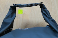 Verschluss: Dry Bag »Krake« Wasserdichte Trockentasche / Seesack / Survival Bag / Trockensack / Ideal für Kajak, Kanu, Segeln, Angeln, Schwimmen, Strand, Snowboarden, Skifahren, Bootfahren, Camping / Schützt Deine Wertsachen und Kleidung vor Staub, Nässe, Sand und Schmutz / 5L gelb