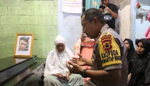 Kapolda Sulsel Melayat Ke Rumah Duka, Alm. Fais, Korban Penembakan KKB Papua