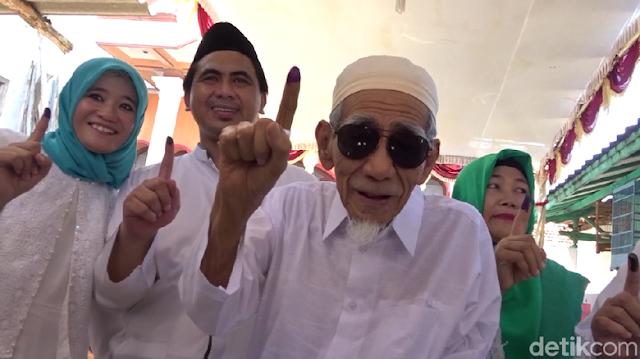Ke TPS Bareng Gus Yasin, Mbah Moen Acungkan Telunjuk Bertinta