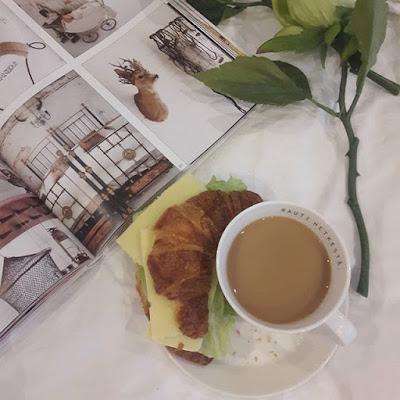 kahvihetki, kahvi ja croisantti