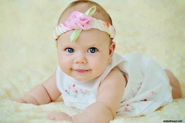 Photo bébé fille blonde aux yeux bleus