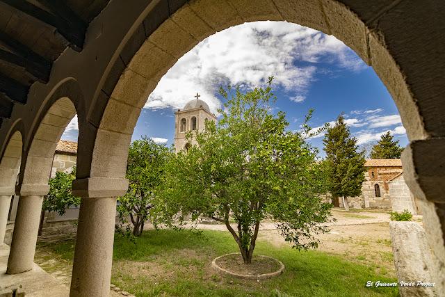 Vista patio Monasterio de Santa Maria - Apolonia, Albania por El Guisante Verde Project