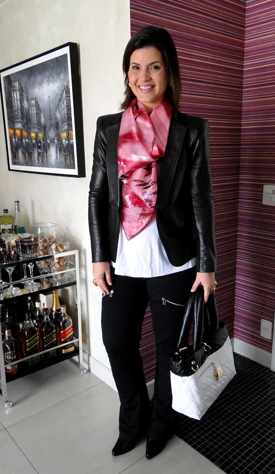 b912b9351 um clássico diferente, um terno preto composto por peças avulsas, calça com  zípers, blazer em couro fake, um belo lenço colorido e até uma bolsa  combinando!