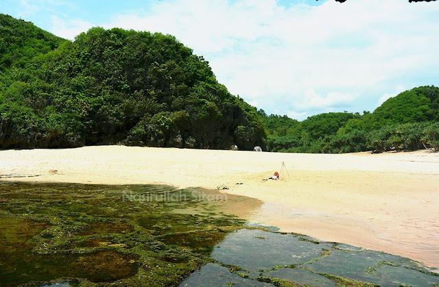 Pantai Greweng diapit dua tebing, seperti pantai-pantai lain di Gunung Kidul