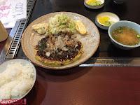 Okonomiyaki, encurtidos, sopa de miso y arroz