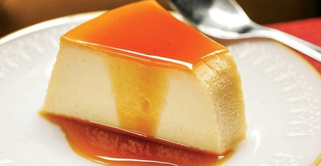 Pudim com 2 ingredientes: imagem do pudim feito com leite condensado e iogurte #PraCegoVer