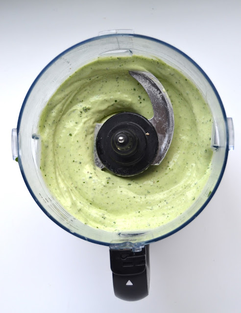 This Mint Chocolate Chip Protein Ice Cream is made healthy with a frozen banana base, fresh mint leaves, protein and spinach for color! www.nutritionistreviews.com