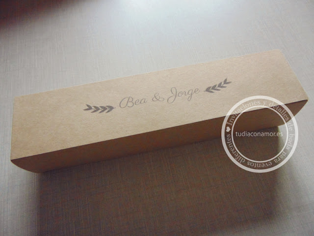 Caja kraft personalizada con el sello del nombre de los novios