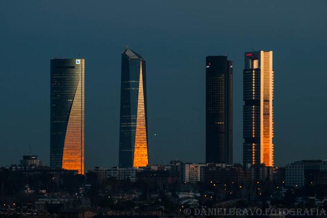 Reflejo dorado del atardecer en las fachadas de cristal de las 4 Torres de Madrid