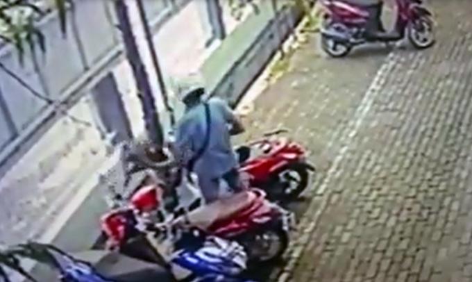 Terekam CCTV, Begini Aksi Nekat Maling Helm di Bone