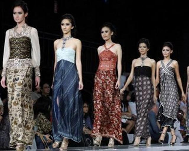 wanita indonesia pakai batik cantik