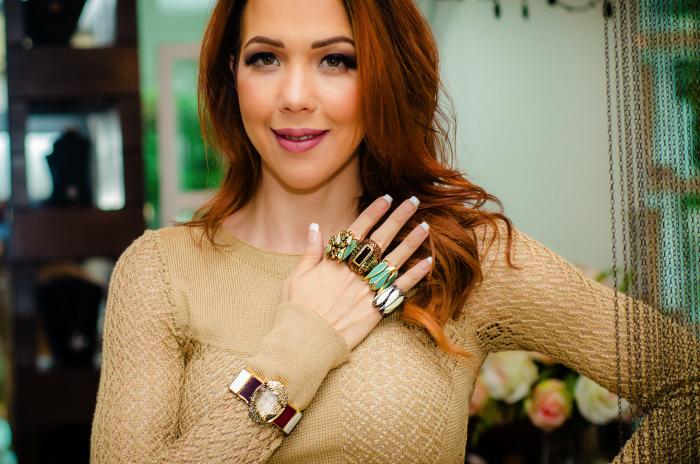Foto com mão cheia de anéis e pulseira