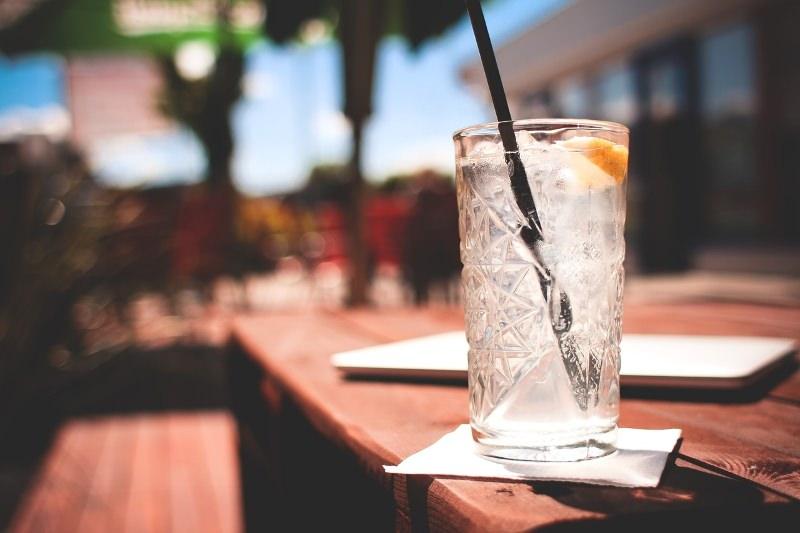 Bebida com palhinha de plástico