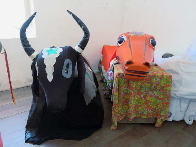 A bull and an alligator fake dolls.