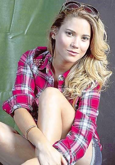 Foto de María Grazia Gamarra con blusa a cuadros