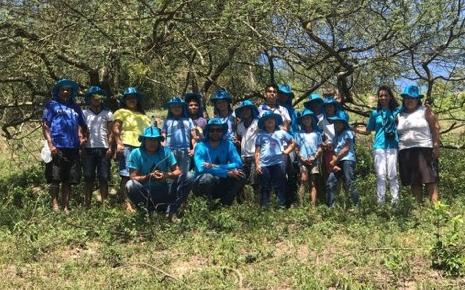 Análise de qualidade da água com ecokits é uma das ações práticas da educação ambiental do Projeto Renascendo