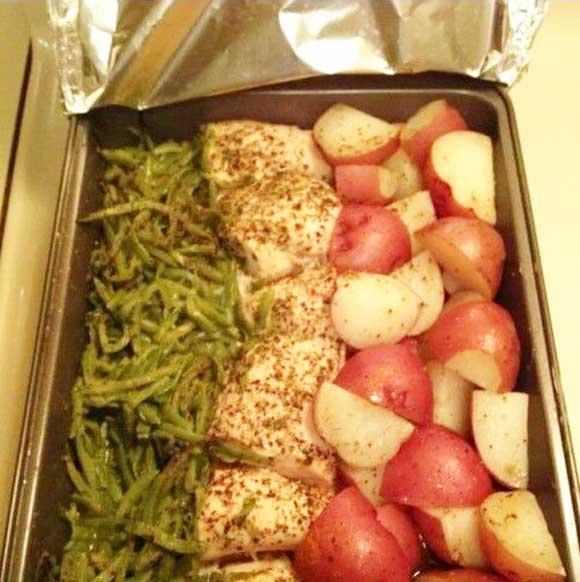 Рыбное филе - 3 шт; Зеленая фасоль - 2 банки; Картофель - 6 штук; Специи - итальянские травы (  кусочки перца красного сладкого, чеснок сушеный, зелень петрушки сушеная, орегано сушеный, зелень базилика сушеная, лук репчатый сушеный, розмарин, тмин ) - 3 столовые ложки; Масло сливочное - 100 гр;