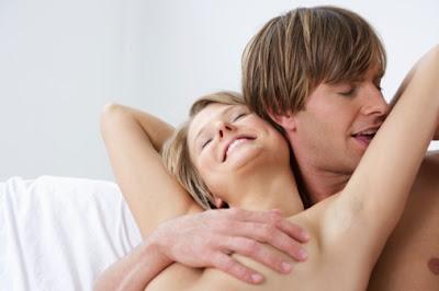 4- أعلى الصدر :  أثناء تقبيل ومداعبة النهدين يمكن للزوج المرور بلسانه مع الضغط على الصدر صعودا إلى المنطقة ما بين أعلى الصدر وحتى الأكتاف والرقبة. كما أن تمرير اللسان على عظام الترقوّة (العظام الموجودة أعلى الصدر وأسفل الرقبة) يعتبر مثاليا لإثارة الرغبة لدى الزوجة. كما أن هذه المنطقة من المناطق القريبة التي يسهل تقبيلها كل حين. ما عليك سوى أن تطلب من زوجتك فتح الزرّين الأول والثاني من قميصها لتتمكن من شم وتقبيل هذه المنطقة حتى وأنتما في المصعد في طريقكما لغرفة الفندق على سبيل المثال.