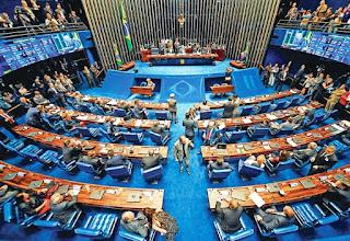 Si sólo los libres de pecado pudieran arrojar la primera piedra, el proceso de impeachment contra Dilma Rousseff difícilmente avanzaría en Brasil. Pero la política brasileña está lejos de ser una escena bíblica: más de la mitad de los 81 senadores que votarán a favor o en contra del juicio político contra la presidentaestán involucrados en causas judiciales. A su vez, más de un tercio de los que integran la comisión parlamentaria de impeachment son investigados por el Supremo Tribunal Federal (STF) por presuntos actos corruptos, y la mitad de ese tercio está comprometida en el megaescándalo del Lava Jato. Todos ellos decidirán a mediados del próximo mes si remueven del cargo a Rousseff.