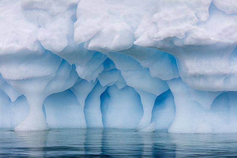 Fotografías del hielo azul de la Antártida a nivel del ojo por Julieanne Kost