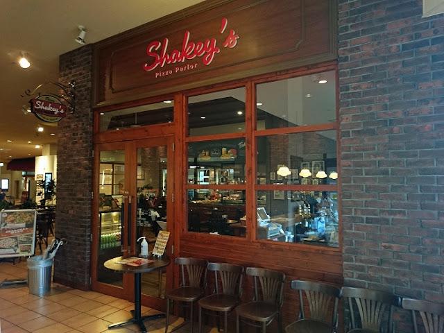 シェーキーズ プラザハウス店の写真